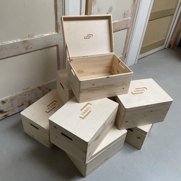 houten kist met gravure
